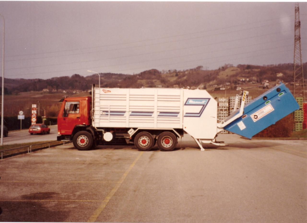 Levée d'une benne de verre usagé (début des années 1990)
