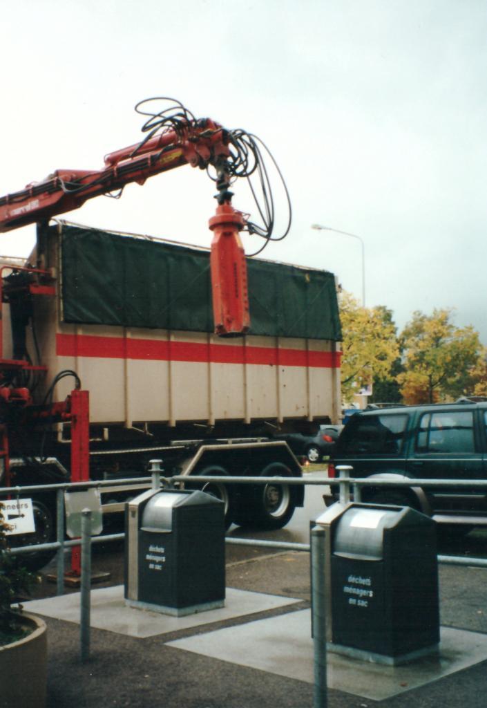 Novembre 2000 : levée de containers enterrés